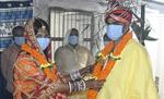 मोतिहारी में  मास्क व सुंदर परिधानों में सजे दुल्हा-दुल्हन, हुई वरमाला रस्म, दो पथिकों ने संग-संग चलना स्वीकार किया, समाजसेवी ने किया सहयोग