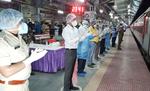 डीएम व एसपी ने बापूधाम स्टेशन पहुंचे प्रवासी कामगारों का ताली बजाकर किया स्वागत