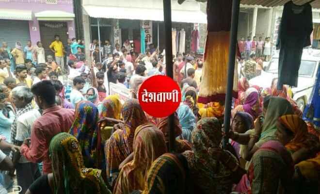 रक्सौल के भेलाही पंचायत में जन वितरण प्रणाली दुकानदारों के मनमानी रवैए के कारण ग्रामीणों में काफी आक्रोश