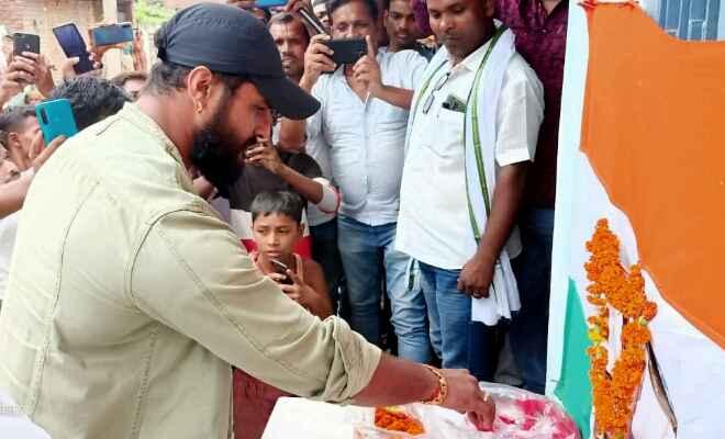 मनोज तिवारी और खेसारीलाल यादव ने दी शहीद सुनील कुमार को श्रद्धांजलि