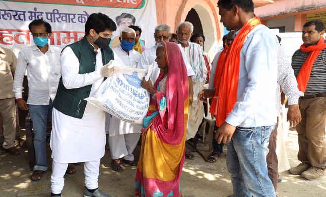 भाजपा नेता व तिरूपति सुगर्स लि. निदेशक दीपक यादव ने उपलब्ध कराया 200 परिवारों को खाद्य सामग्री