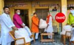मोतिहारी: भाजपा जिला अध्यक्ष प्रकाश अस्थाना ने पूर्व कृषि मंत्री की ओर से 250 शक्ति केंद्रों के 25-25 बुजुर्गों के लिए साबुन और मास्क मुहैया कराया