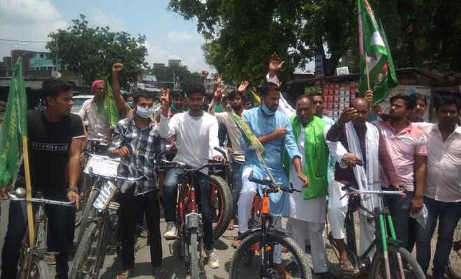 मोतिहारी के पीपराकोठी में डीजल-पेट्रोल की कीमत में वृद्धि को लेकर राजद ने निकाली साइकिल रैली