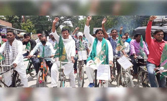 डीजन-पेट्रोल की कीमत की बढ़ोतरी को लेकर हरसिद्धि में भी राजद ने निकाली साइकिल रैली, विधायक ने कहा- नीतीश ने सूई की फैक्ट्री तक नहीं लगाई।