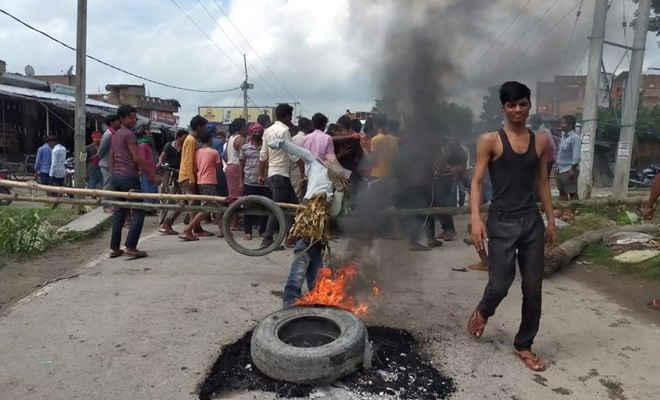 बिजली आपूर्ति बाधित होने पर आक्रोशित ग्रामीणों ने अरेराज छपवा मुख्य मार्ग को किया जाम