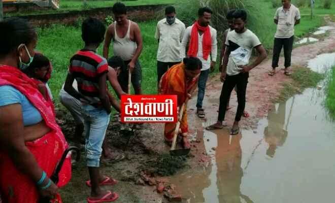 जल-जमाव समस्या के समाधान से नप ने किया हाथ खड़ा, ग्रामीण स्वयं जल जमाव निकासी में जुटे