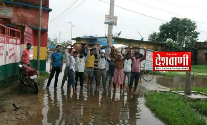 स्वच्छ रक्सौल संस्था ने जल निकासी और सड़क नाला निर्माण की मांग को लेकर किया विरोध प्रर्दशन