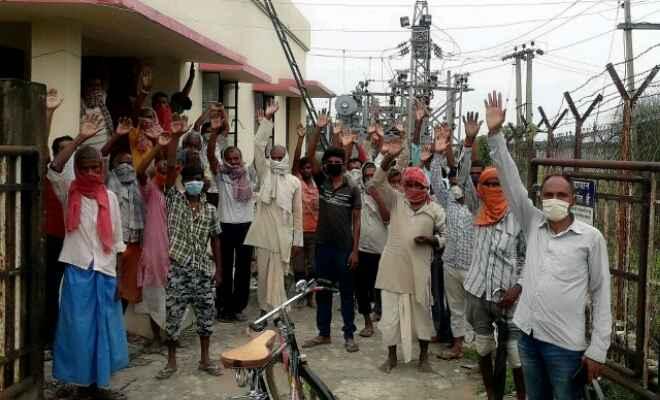 पताही: कई दिनों से खराब पड़ा ट्रांसफार्मर नहीं बदले जाने पर ग्रामीणों ने बिजली उपकेंद्र पर किया प्रदर्शन