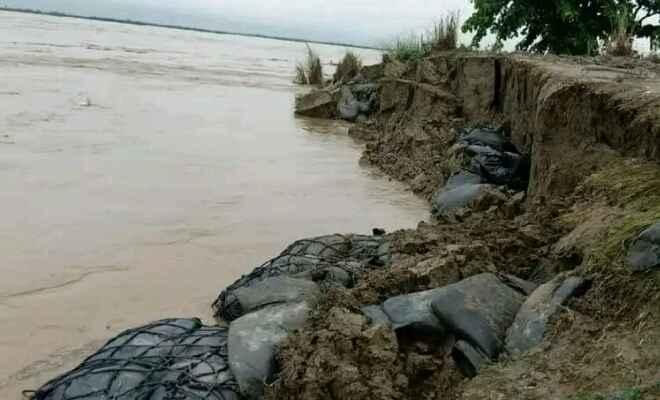 कुशीनगर: गंडक का जलस्तर बढ़ने से दियारा में सैलाब, घर-सामान छोड़कर जान बचाने में जुटे लोग