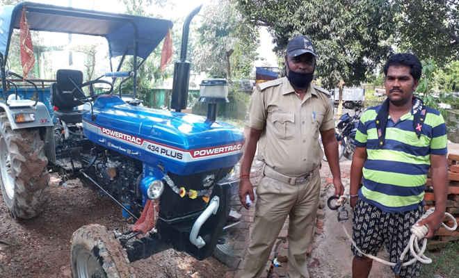 पूर्णिया से चोरी के ट्रैक्टर को खरीदने ग्राहक बन गए थे दो पुलिस, मोतिहारी के चिरैया में टेलर सहित टैक्टर व कैश बरामद, एक गिरफ्तार