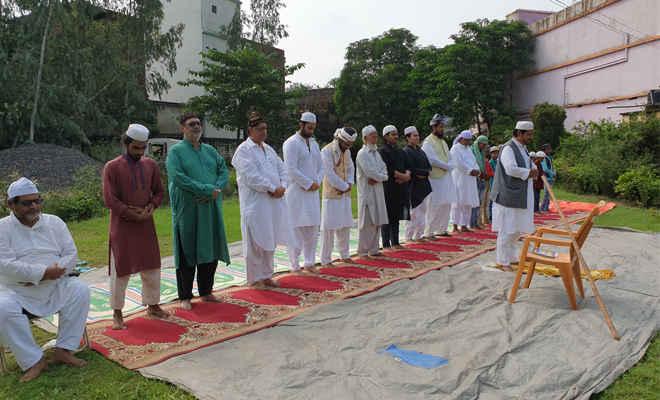 मोतिहारी में मिल्लत के साथ मनाई गई ईद उल अजहा, अपने-अपने घरों में अदा की गई नमाज