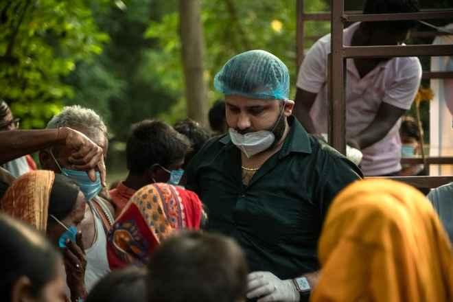 मोतिहारी के युवा चिकित्सक डॉ धीरज ने रविवार को भी बाढ़ पीड़ितों का हाल जाना, राहत सामग्री बांटी, सेनेटरी पैड व दवाएं भी वितरित किए
