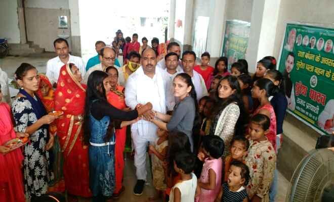 राजद नेता सुरेश यादव ने रक्षा बंधन के अवसर पर सुरेश चला बहन के द्वार कार्यक्रम का किया शुभारंभ