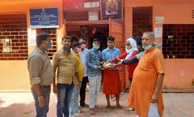 भाजपा युवा मोर्चा के सदस्यों ने रक्सौल के विभिन्न मंदिरों एवं मुख्य पथ पर घूम-घूमकर दीया-बाती का किया वितरण