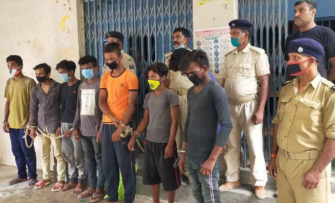 मोतिहारी में 8 संदिग्ध युवक गिरफ्तार, पुलिस ने कहा- झपटमार गिरोह के हैं सदस्य