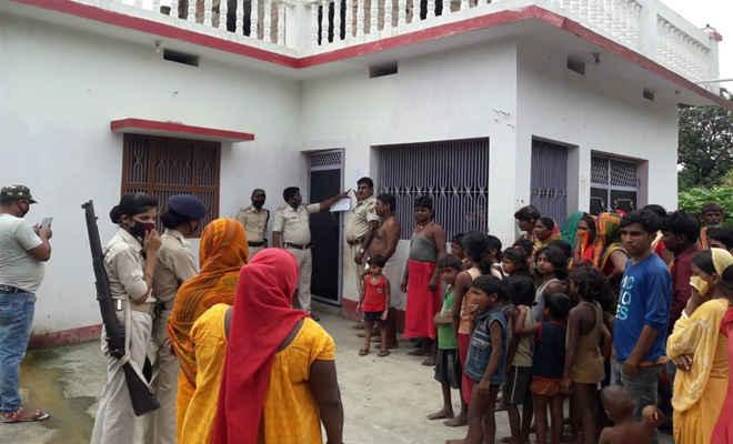 मोतिहारी के रघुनाथपुर पुलिस ने तीन फरार अभियुक्तों के घर पर इश्तेहार सटवाया