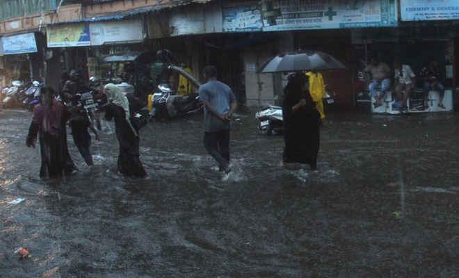 मुंबई में फिर बारिश ने किया बेहाल, लोकल ट्रेन सेवाएं प्रभावित- कई इलाकों में सड़कें जलमग्न, आज बंद रहेंगे सभी दफ्तर