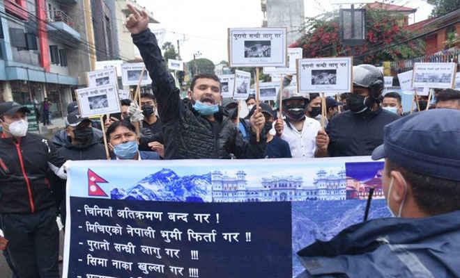 नेपाल की भूमि पर कब्जा को लेकर चीन के खिलाफ काठमांडू में युवाओं ने किया विरोध प्रदर्शन,  जमकर नारेबाजी की