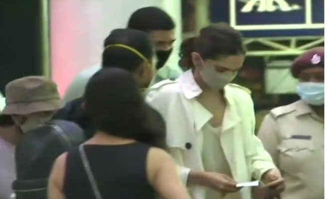 ड्रग्स केस: रणवीर सिंह के साथ मुंबई पहुंचीं दीपिका पादुकोण, 26 को एनसीबी के सामने उपस्थित होंगी