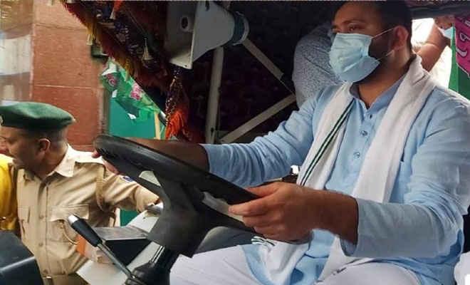 राजद कार्यकर्ता कृषि बिल के विरोध में पटना की सड़क पर उतरे, तेजस्वी चला रहे ट्रैक्टर