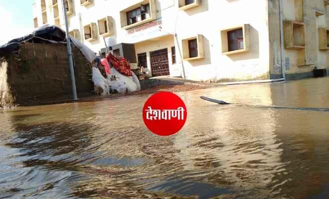 रक्सौल नगर परिषद कार्यालय  के मुहाने पर पानी के तेज बहाव के कारण नगरपरिषद का कार्यालय बंद