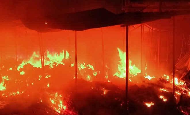 मोतिहारी के मीनाबाजार में लगी भीषण आग, सब्जी, चाय व दर्जी की 15 दुकानें जलकर राख