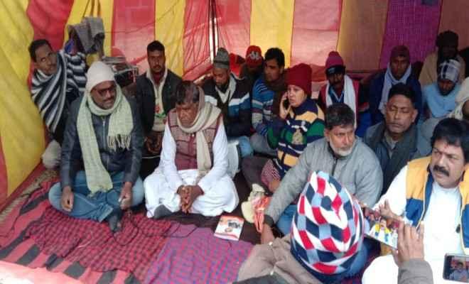 आदापुर थानाध्यक्ष संदीप कुमार के खिलाफ कार्रवाई की मांग को लेकर आठवें दिन भी पीड़ितों व समर्थकों का धरना जारी