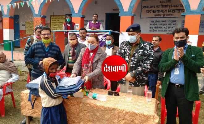 स्टेट बैंक के कार्यक्रम में एसडीएम, एसडीपीओ सह प्रशिक्षु एसपी सागर कुमार ने बच्चों के बीच स्कुल बैग और गर्म कपड़ा का किया वितरण