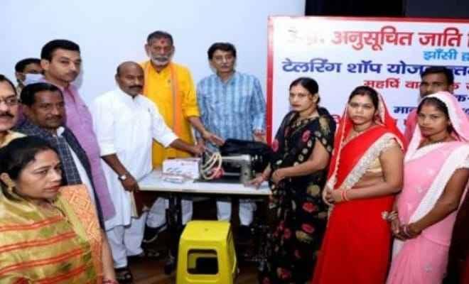 केंद्रीय मंत्री डॉ. वीरेंद्र कुमार ने झांसी में महर्षि वाल्मीकि जयंती पर सिलाई मशीनों का किया वितरण