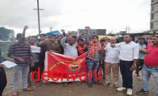 रक्सौल: बंगलादेश में हिन्दुओ के साथ हुए अत्याचार के विरोध में विहिप और बजरंग दल ने किया विरोध प्रर्दशन