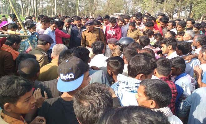 मोतिहारी के चकिया में लापता किशोर की लाश मिलने पर हंगामा, आक्रोशितों ने टायर जलाकर चकिया-केसरिया रोड को किया जाम