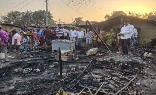 समस्तीपुर: सरायरंजन में शार्ट सर्किट, महादलित के दर्जन भर घर राख, लाखों की क्षति