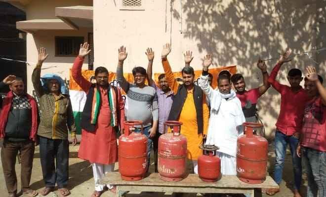 रक्सौल: घरेलू गैस के दामों में बेतहाशा वृद्धि को लेकर सांकेतिक विरोध-प्रदर्शन