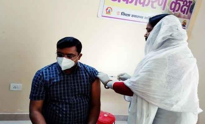 बेतिया डीएम ने लिया कोविड-19 टीका का सेकेन्ड डोज