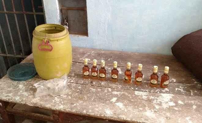 रक्सौल पुलिस ने जटियाही गांव से छापेमारी कर 13 बोतल गोल्डेन ओके नेपाली शराब और 10 लिटर पाउच किया बरामद