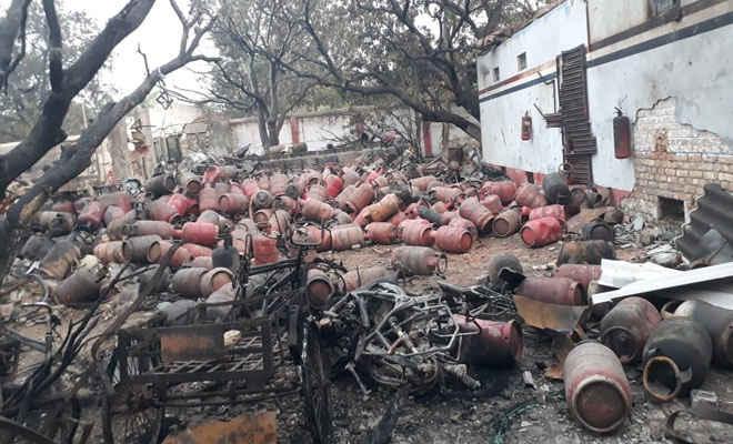 बेतिया- संतघाट स्थित राधिका ज्योति गैस एजेंसी में भीषण अगलगी, 14 डिलीवरी वाहन व 400 गैस सिलेंडर जले, कोई हताहत नहीं