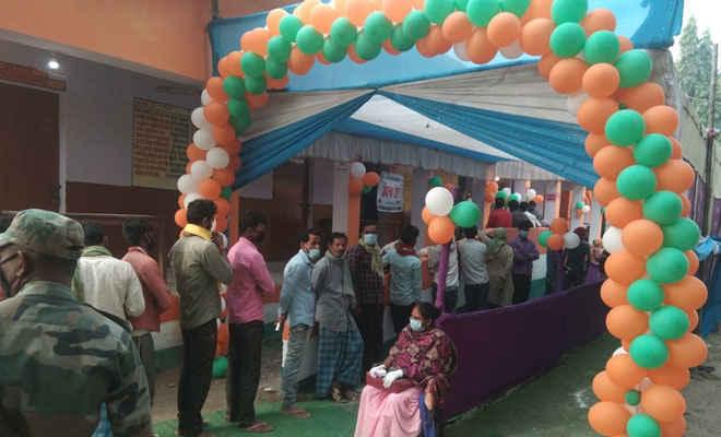 पश्चिम बंगाल में विधानसभा चुनाव के सातवें चरण के लिए वोटिंग जारी,  दिव्यांग और 80 वर्ष से अधिक उम्र के लोगों को डाक मतपत्र से मतदान की सुविधा