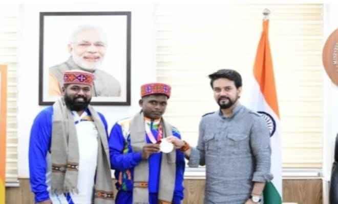 खेल मंत्री अनुराग सिंह ठाकुर ने पैरालंपिक टोक्यो 2020 में रजत पदक विजेता मरियप्पन टी और उनके कोच राजा बी को किया सम्मानित