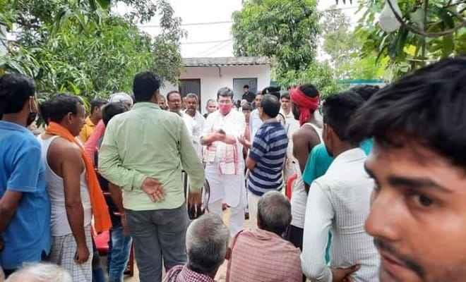 मृतक सर्राफ के घर सांत्वना देने पहुंचे रक्सौल भाजपा विधायक प्रमोद कुमार