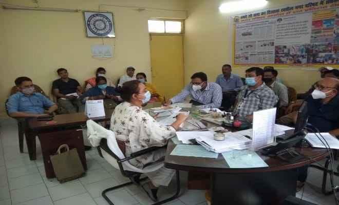 रक्सौल में एसडीएम सूश्री आरती  ने की अधिकारियों के साथ समीक्षात्मक बैठक